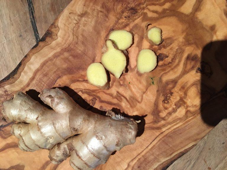 Préparation du gingembre-Les vinaigres de cidre aux plantes de Bienvenuta